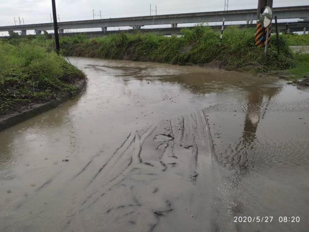 中路橋因阿蓮端路基泥濘,且雨勢預計到5/28,考量用路人安全,與高雄市阿蓮區同步進行封橋作業1