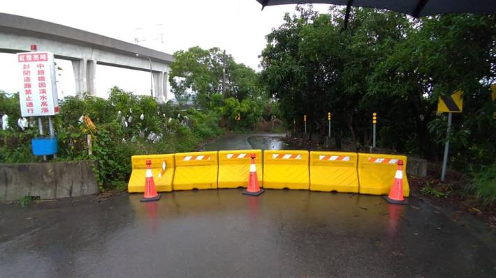 中路橋因阿蓮端路基泥濘,且雨勢預計到5/28,考量用路人安全,與高雄市阿蓮區同步進行封橋作業2