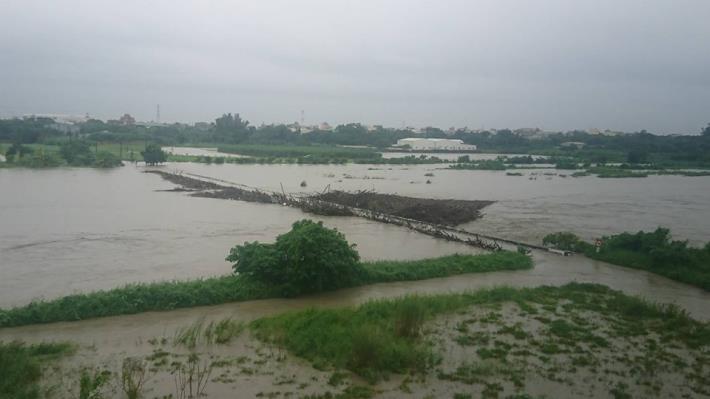 歸仁區連結高雄市阿蓮區中路橋及石安橋已達警戒水位封橋4