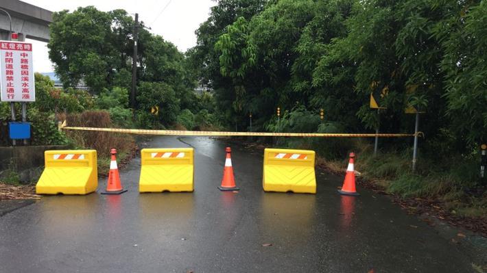歸仁區連結高雄市阿蓮區中路橋及石安橋已達警戒水位封橋2