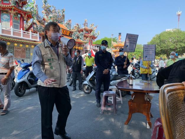 柳區長及張副分局長也針對仁壽宮週邊下棋民眾宣導安全社交距離