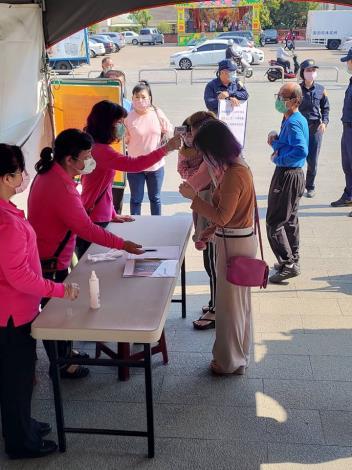 指派志工人員量測額溫及要求信眾戴口罩及登記姓名