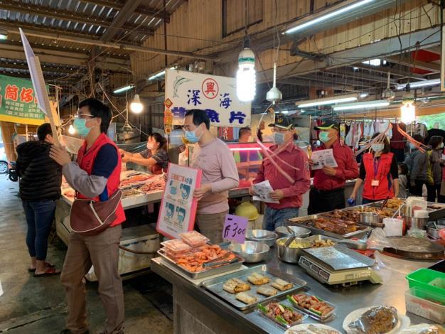 黃昏市場有一群身穿粉紅色背心的人員向民眾宣導