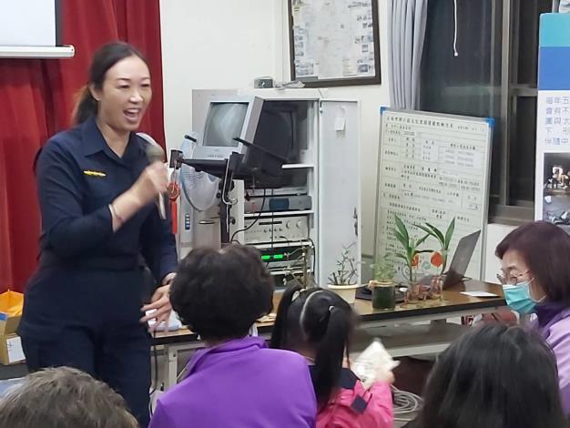 本市婦幼警察隊奚警員教授相關課程做有獎徵答04_0