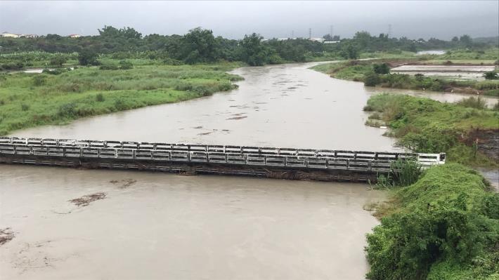 中路橋因達警戒水位進行封橋