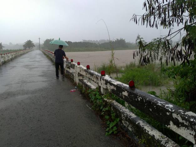 石安橋(本區連結高雄市阿蓮區)因達警戒水外進行封橋