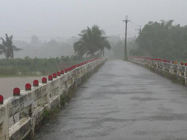 石安橋(本區連結高雄市阿蓮區)因達警戒水外進行封橋2