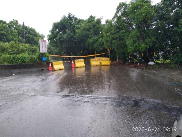 因應今日豪雨,中路橋聯外道路積淹水,且達警戒水位,進行封橋_5962219685260195256_o