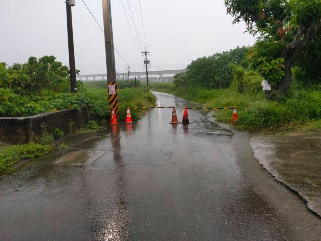 因應今日豪雨,中路橋聯外道路積淹水,且達警戒水位,進行封橋