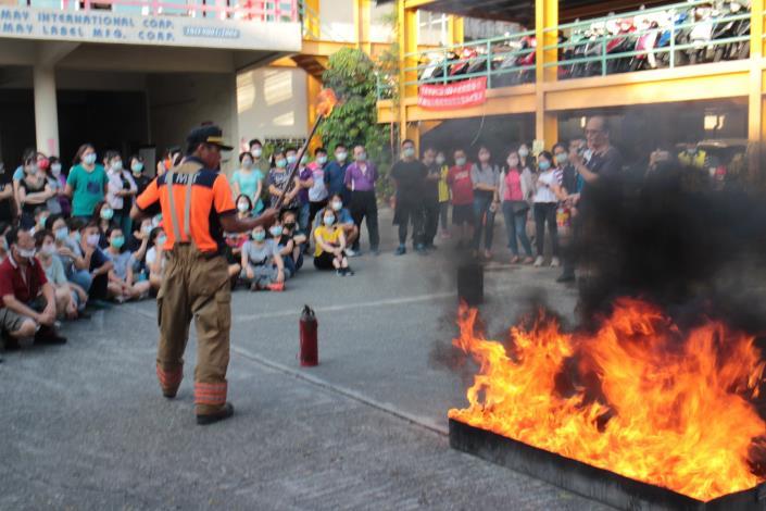 臺南市政府消防局第五救災救護大隊指導滅火器使用要領