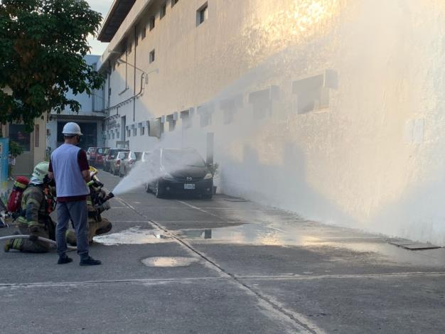 全疏散到戶外場所,且公司旋即啟動自衛消防編組進行廠區滅火