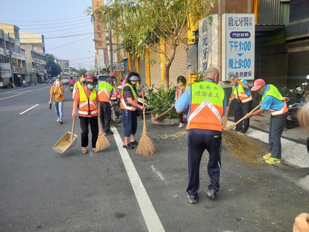 環保義工隊進行環境清潔打掃