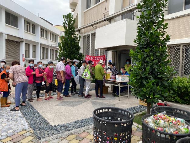 在公所後面廣場舉辦109年10月容器減量兌換防蚊物品活動