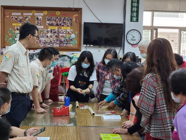 本次活動由手工創意坊的張雅芬老師帶領體驗