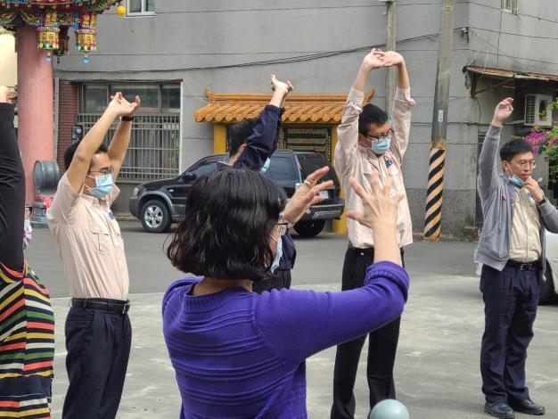 健康操動作的編排與帶領是由呂頌暉替代役來為長輩們指導2