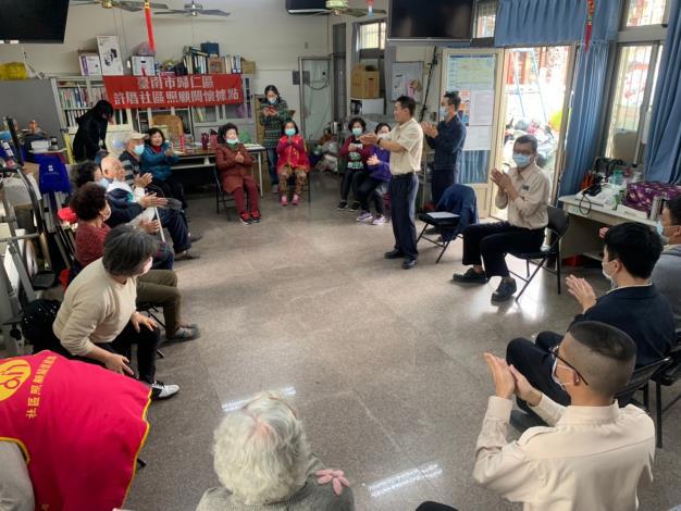 健康操動作的編排與帶領是由呂頌暉替代役來為長輩們指導