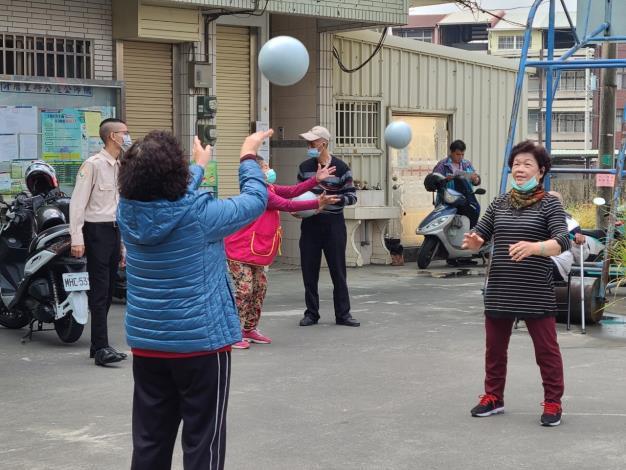 我們一邊放著音樂一邊與長輩們跳著健康操、圍成一個圓圈傳接球