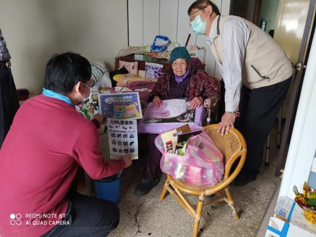 阿嬤、阿公,除了定期的居家照顧員探視外,也需要大家親切地閒話家常