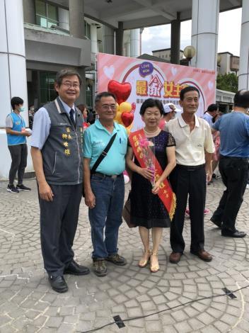 後市里郭蔡梅桂女士代表接受市府表揚與區長及里長合照
