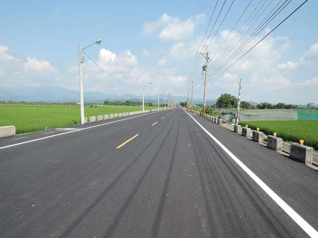 東山區南102線田尾路段(河田高幹46)道路拓寬工程-平整路面與綠色的稻田