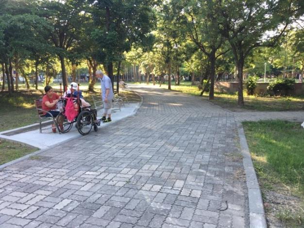 水萍塭公園整建工程-區內長者優閒的下午時光