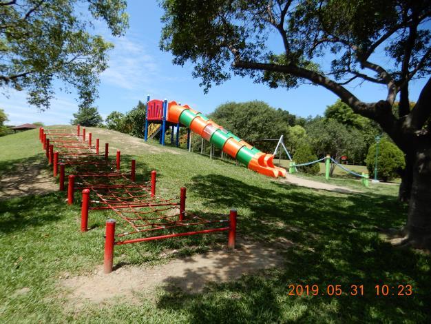 明和公園整修工程-彩色溜滑梯及網型爬坡設施