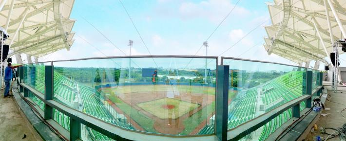 臺南亞太國際棒球訓練中心-少棒球場觀眾席最上層玻璃圍牆