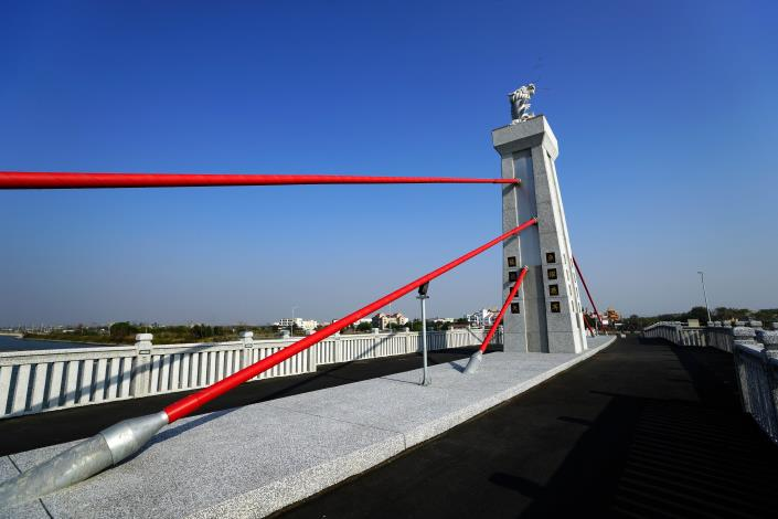 跨鹿耳門溪橋樑工程-橋上龍魚藍天對應