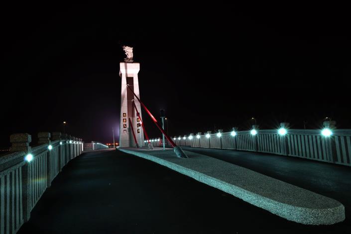 跨鹿耳門溪橋樑工程-由岸邊側拍夜間美