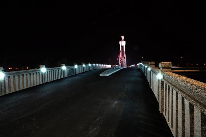 跨鹿耳門溪橋樑工程-南面夜拍車道燈光明亮