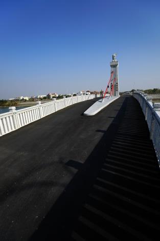 跨鹿耳門溪橋樑工程-車道平整