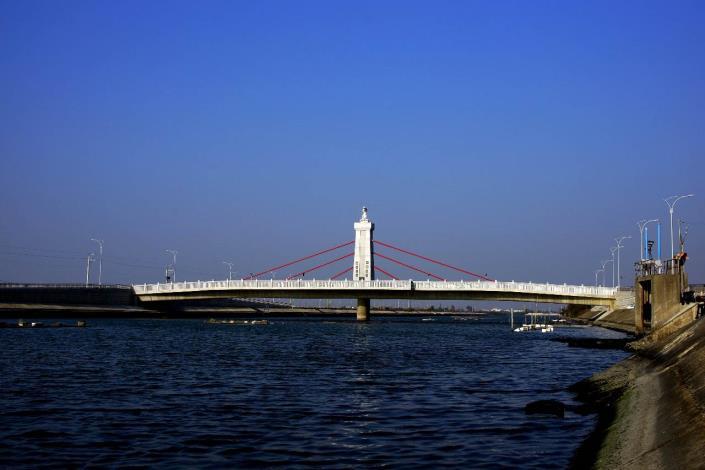 跨鹿耳門溪橋樑工程-橋下水波漣漪