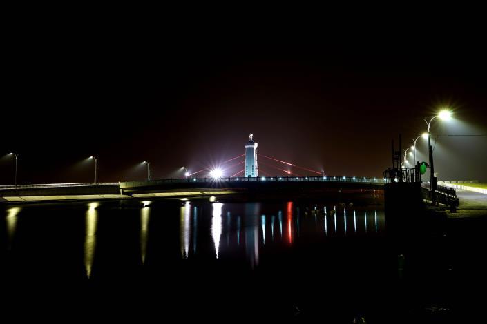 跨鹿耳門溪橋樑工程-夜間路燈相呼應