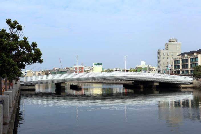 承天橋改建工程-白天水面平靜可看到橋倒影