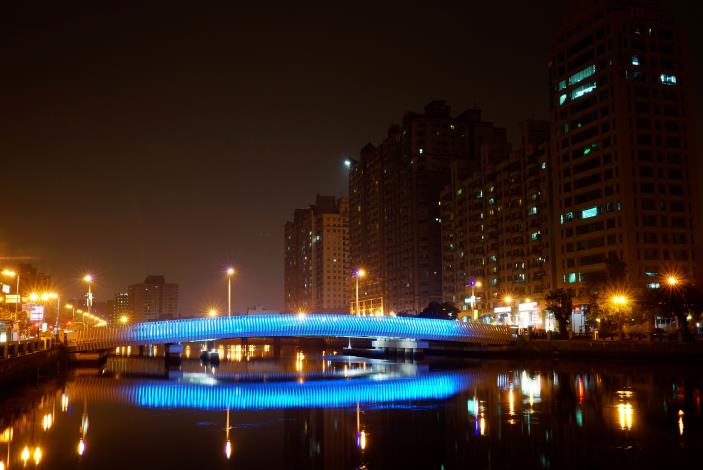 夜間藍色燈光