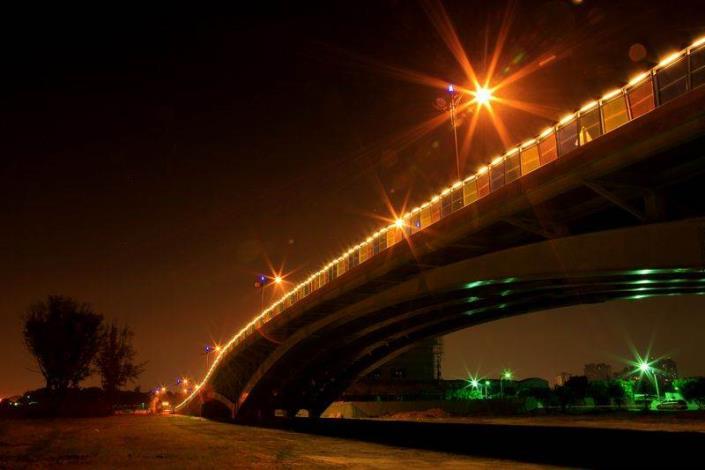 歷史水景公園景觀步道橋工程-夜間由橋下側拍