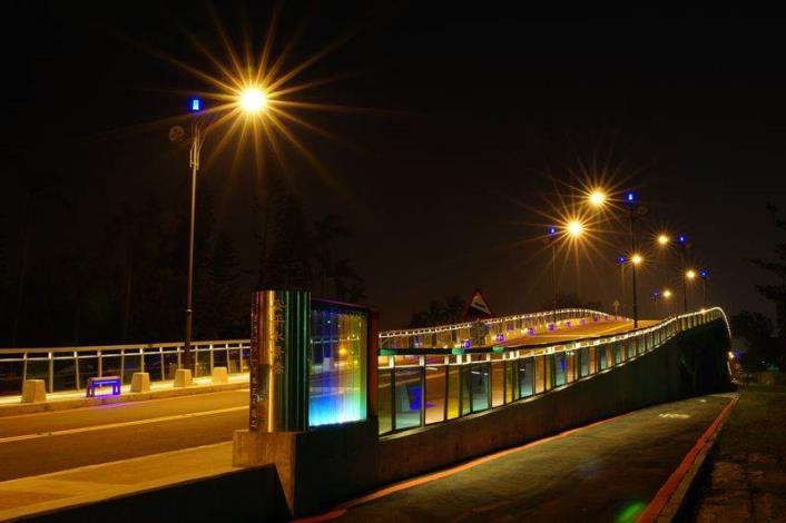 歷史水景公園景觀步道橋工程-夜間安平水景橋不锈鋼橋頭美景燈光