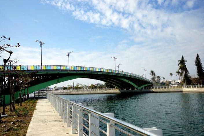 歷史水景公園景觀步道橋工程-安平水景橋側面彩色玻璃