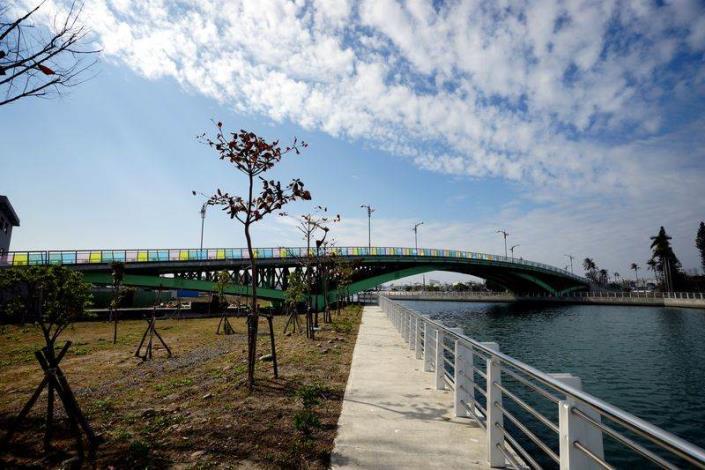 歷史水景公園景觀步道橋工程-由岸邊拍橋側面