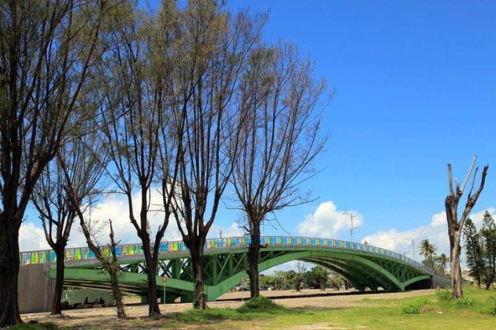 歷史水景公園景觀步道橋工程-樹木有如秋景