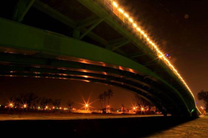 歷史水景公園景觀步道橋工程-夜間橋下拍橋上燈光