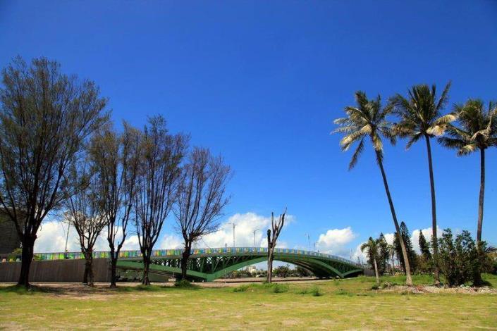 歷史水景公園景觀步道橋工程-藍天與橋及樹成一幅畫