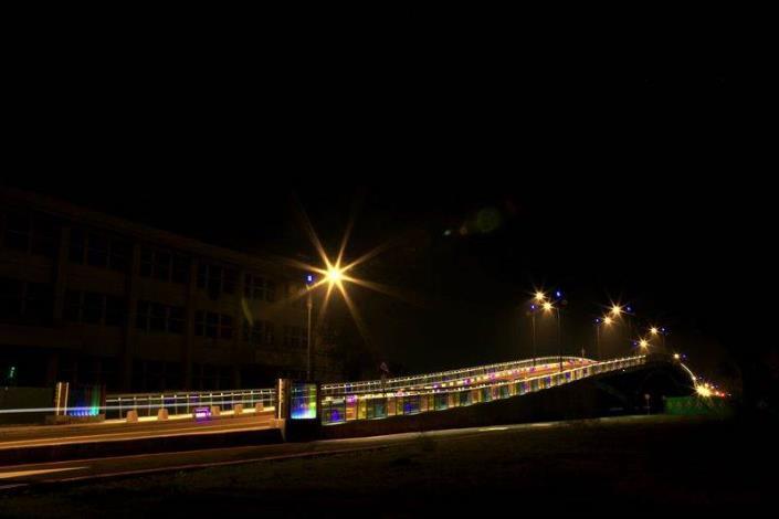 歷史水景公園景觀步道橋工程-夜間側面拍出彩色玻璃在燈光下美景
