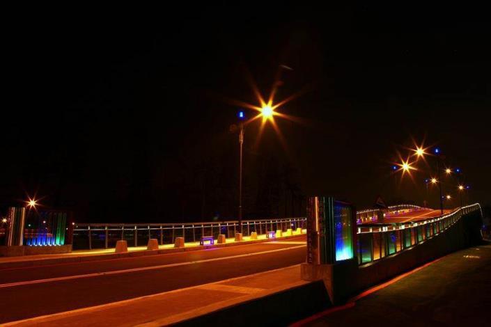 歷史水景公園景觀步道橋工程-夜間安平水景橋不锈鋼橋頭美景燈光西側