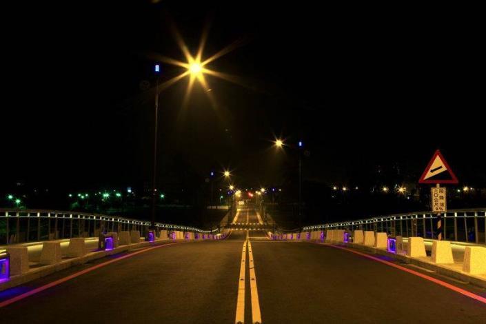 歷史水景公園景觀步道橋工程-夜間橋上拍路燈如月