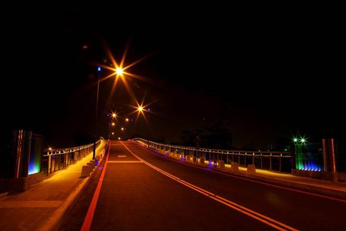 歷史水景公園景觀步道橋工程-夜間車道寂靜