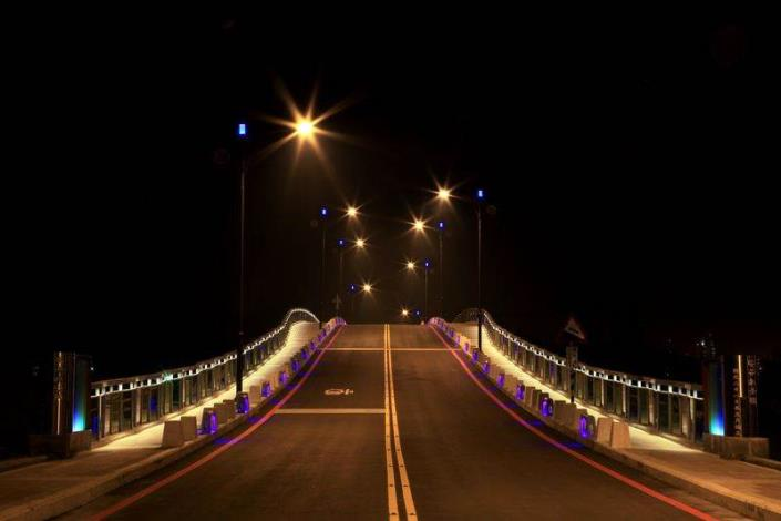 歷史水景公園景觀步道橋工程-夜間車道中間往上拍