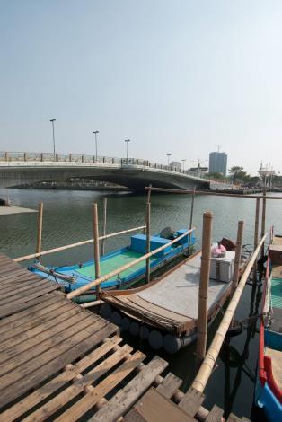 安億橋下河底景觀步道附近岸邊漁筏-直立照