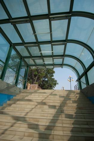 安億橋下河底景觀步道-運河博物館地下走道東側玻璃屋頂