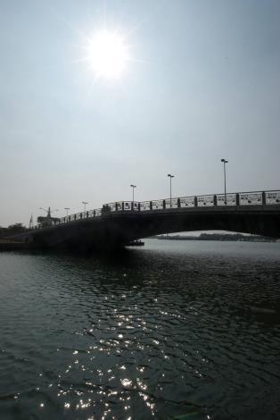 安億橋下河底景觀步道-橋在烈日當空